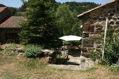 Arlempdes-auvergne-loire-dorp-huis-met-terras Gazebo, Outdoor Structures, Cabin, House Styles, Decor, Auvergne, Kiosk, Decoration, Pavilion