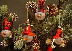 Милые и добродушные снеговики из лампочек Загоревшись сделать игрушки из лампочек своими руками, первая приходящая мысль или идея – это с...