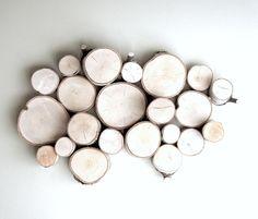 painel decorativo com troncos de árvore