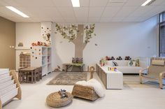 Natuurlijke tinten en materialen vormen de basis van deze ruimte als kinderdagverblijf of peuterspeelzaal | Interieurinspiratie | Projectinrichting