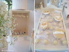 Cupcakes em mesa de batizado