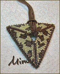 Grrrrrrr, un triangle ! (minomars) Tags: triangle peyote seedbeads tissage delicas pendentif colgnate