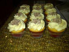 vanilkove cupcakes s parizskym kremom z bielej cokolady, recepty, Muffiny | Tortyodmamy.sk Cupcakes, Cheesecake, Food And Drink, Cookies, Cheesecake Cake, Cupcake, Biscuits, Cheesecakes, Cookie Recipes