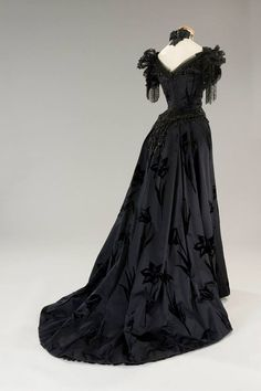 """fripperiesandfobs: """"Costume designed by Piero Tosi for Laura Antonelli in L'Innocente From Tirelli Costumi """" 1890s Fashion, Edwardian Fashion, Vintage Fashion, Historical Costume, Historical Clothing, Vintage Gowns, Vintage Outfits, Beautiful Gowns, Beautiful Outfits"""