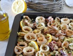 Calamari gratinati al forno con panatura al limone. Come cucinare i calamari? Questa ricetta è la risposta. Teneri, non gommosi, leggeri, dorati e croccantissimi Shrimp Quesadilla, Quesadilla Recipes, Baby Octopus, Antipasto, Bread Crumbs, Pasta Salad, Seafood, Appetizers, Food And Drink