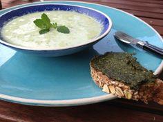 kaltes Gurken-Minzen-Schaumsüppchen  Freunde am Kochen Hummus, Ethnic Recipes, Food, Mint, Cold, Friends, Cooking, Eten, Meals