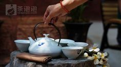 """""""茶具选择茶具时应当做到""""五宜"""":宜茶、宜水、宜人、宜艺、宜境,并根据美学的法则进行合理搭配。"""