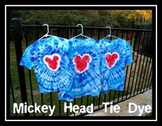 How To Make Mickey Head Tie Dye Shirts Planning a trip to a Disney Park? Make a set of these Mickey Head Tie Dye shirts for your whole group & stand out from the crowd! This fun Mickey Mouse, Mickey Head, Disney Mickey, Camisa Do Mickey, Mickey Shirt, Tie Dye Shirts, Diy Tie Dye Disney Shirts, Disney Diy, Disney Crafts