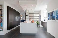 Bijzondere B3 keuken met een fraaie koof waarin afzuigkap is weggewerkt. De keukenis voorzien van gaggenau apparaten.