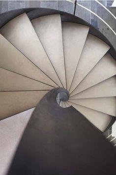 L'escalier hélicoïdal sans mât central (sur flamme centrale) prend peu de place. Ses marches en tôle d'acier inoxydable brossé sont rendues silencieuses grâce à des marches Nanoacoustic®. Rampe avec main courante et lisses en inox brossé. Prix sur devis. Escaliers Décors® (ww.ed-ei.fr).
