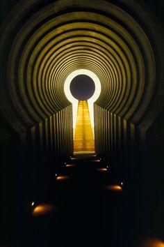"""Cráter Roden: Llamado """" Perspectivas de luz""""  James Turrel ha ido transformando el """"Cráter Roden"""" en una obra de arte monumental, situado bajo el cielo azul del norte de Arízona, el volcán natural se convierte en una revelación de los fenómenos celestes; el Sol, la Luna y las estrellas para  Turrel"""