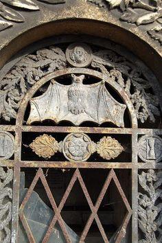 Detalhe (Morcego) em uma porta, Cemitério Pere Lachaise, Paris, França