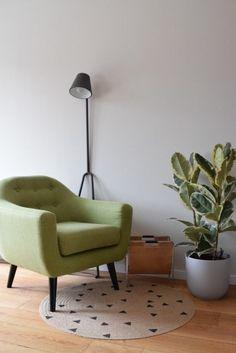 Lekker leeshoekje met leuke lamp – Atelier09 Accent Chairs, Sweet Home, Interiors, Inspiration, Furniture, Home Decor, Desk, Drawing Rooms, Homemade Home Decor