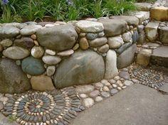 jardin-rocaille-idées-muret-soutènement-pierre-mosaique-galets