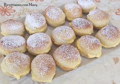 Brioche nuvole ripiene di crema di Benedetta del canale youtube Fatto in casa da Benedetta. Golose e facili da preparare , non potevamo non provarle Croissants, Sweet Yeast Rolls Recipe, Arancini, Cannoli, Something Sweet, Finger Foods, Italian Recipes, Sweet Recipes, Cooking