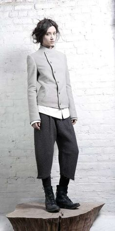 Mod Military-Inspired Collections : InAisce Fall 2011 (see trousers) Look Fashion, High Fashion, Autumn Fashion, Womens Fashion, Fashion Design, Fashion Trends, Vetements Clothing, Mode Editorials, Yohji Yamamoto