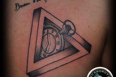 A clock tattoo inside of triangle tattoo. Ενα tattoo ρολοι απο το Acanomuta Tattoo Studio.