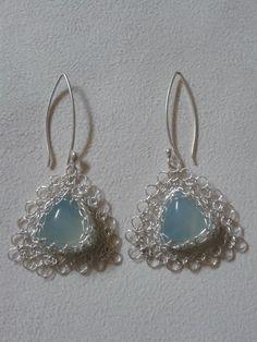 Hilo de plata con agua marina Wire Jewelry, Jewelry Art, Beaded Jewelry, Handmade Jewelry, Jewellery, Wire Crochet, Wire Weaving, Wire Crafts, Wire Wrapped Pendant