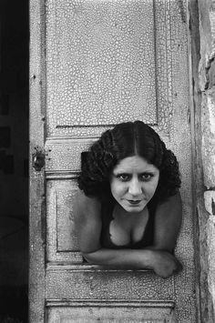 prostituée à la porte - henri-cartier-bresson