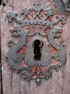 Cerradura con forma de escudo en una casa de Rubielos de Mora.Rubielos de Mora, Aragon, Spain