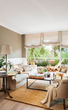 00438260. Salón con un sofá beige, dos butacas de capitoné y un gran ventana al balcón_00438260