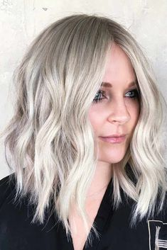 Medium length haircuts, what can be more versatile? And we have a collection of haircuts presented in our photo gallery that will not leave you indifferent. Check it out and get some inspo! #mediumlengthhaircuts #mediumhair #haircuts