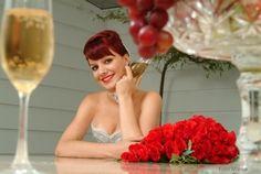 Noiva ousada! Quer mudar o visual para surpreender a todos no dia do #casamento? Pintar o cabelo com uma cor diferente é uma #ideia legal. Que tal vermelho, a cor da paixão? #Mêsdasnoivas #quemcasaquercasa