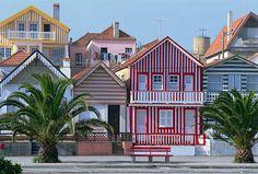 カラフルな縞模様はまるでパジャマ ポルトガルの海辺の街並みの秘密とは|今日の絶景 365日、ヴァーチャルな旅へ|CREA WEB(クレア ウェブ)