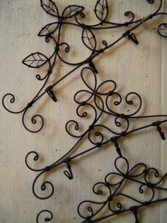 Triple hook of image: green + wire Wire Hanger Crafts, Wire Crafts, Metal Crafts, Recycled Crafts, Diy And Crafts, Minis, Wire Ornaments, Iron Wire, Metal Hangers