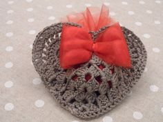 Heart holder crochet tutorial in Italian Crochet Sachet, Bag Crochet, Crochet Gifts, Crochet Motif, Crochet Dolls, Crochet Stitches, Crochet Baby, Crochet Patterns, Bandeau Crochet