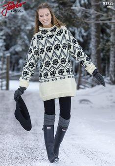 Underbar tröja med ett vackert mönster med rosor. Tröjan har en hög krage som värmer härligt när det är kallt.