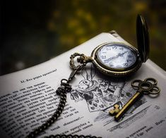 love photography cute photo time book old clock heart alice autumn Key wonderland bunny gold golden memory Read memories bookmark vintege Alice In Wonderland Aesthetic, Adventures In Wonderland, Charles Xavier, Chesire Cat, Watch Wallpaper, Alice Madness, Old Clocks, Disney Aesthetic, Lewis Carroll