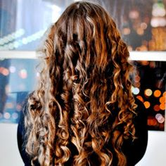 Ducklings In A Row - Hair + DIY Tutorials: Hair Tutorial: Get Curly Hair Using an Old Pillowcase Long Hair Tips, Curly Hair Tips, Hair Dos, Curly Hair Styles, Layered Haircuts With Bangs, Fancy Hairstyles, Good Hair Day, Dream Hair, Hair Beauty
