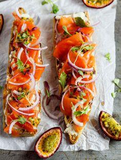 saumon fumé, sur une demi-baguette avec de fines lamelles d'oignon et du fruit de la passion