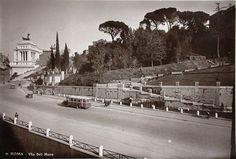 Foto storiche di Roma - Via del Mare, la parte della strada che assumerà la denominazione di Via del Teatro di Marcello Anno: 1934