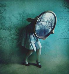 鏡を持つ少女たち。「不思議の国のアリス」を連想させる写真シリーズ「Mirrors」イギリスはロンドンのフォトグラファーVictoria Audouard