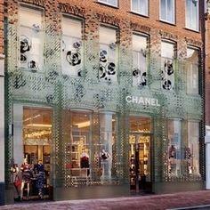 Loja da grife Chanel em Amsterdã, na PC Hoofstraat. A fachada foi coberta por tijolos de vidro com tecnologia especial, acompanhando a estrutura antiga da construção. #camilakleinarquiteta #amsterdan #chanel #store #fashion