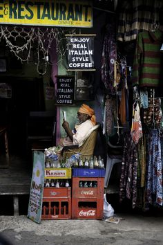 """"""" Reading in India by Steve McCurry. This time we visit India. Probably his favorite place. Bright, colourful and beautiful. Other post: Afghanistan,. Steve Mccurry, In This World, People Around The World, Around The Worlds, Goa India, Nova Deli, Namaste, Fotojournalismus, World Press Photo"""