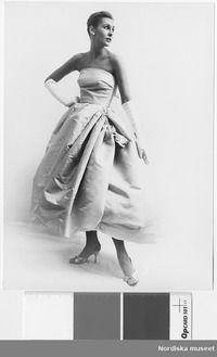 Modell i aftonklänning, aftonhandskar, örhängen oc. Special Occasion, Strapless Dress, Statue, Dresses, Fashion, Scale Model, Strapless Gown, Vestidos, Moda