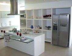 cozinha com prateleira de vidro na ilha da pia
