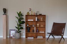Sisustusstailisti Pinja Forsmanin koti on ihana yhdistelmä design-klassikoita ja kirpparilöytöjä. Shelving, The Unit, Album, Design, Home Decor, Shelves, Decoration Home, Room Decor