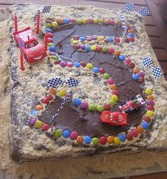 Cars birthday cake... This looks easy. I'm gonna try and make it for someone turning 5 in a couple of weeks!