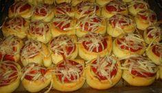 Klobáskové jednohubky se sýrem |  1 kg polohrubá mouka 42 g čerstvé droždí 1/2 bal. prášek do pečiva 300 ml vlažná voda 250 ml mléka 150 ml olej 1 PL sůl 2 KL kr. cukr Náplň: klobása tvrdý sýr 2 žloutek rajčatové pyré oregano Z vykynutého těsta vykrajujeme malá kolečka, ukládáme na plech, uděláme důlek. Dáme rajčatové pyré, posypeme oreganem, položíme kolečko klobásky. Potřeme žloutkem a dáme péct  na 200° do zlata, před koncem je posypeme strouhaným sýrem a necháme ho roztavit