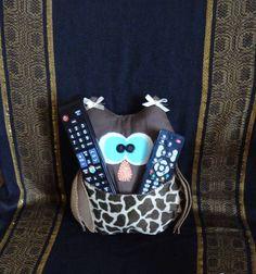almofada da coruja feita de tecido 100% algodão e feltro porta celular ou controle medindo 30 cm de alt. R$ 25,00