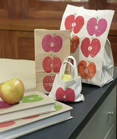 Apple Prints- Great Back to School Craft. I remember making apple prints in pre-school, forgot about this! Apple Prints- Great Back to School Craft. I remember making apple prints in… Kids Fall Crafts, Crafts For Girls, Fun Crafts, Kids Diy, Decor Crafts, Martha Stewart Manualidades, Fall Arts And Crafts, Back To School Crafts, Crafts