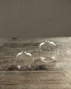 Globformad vas i glas. Tillsätt vatten och en blomma eller en grön kvist - Voila!  Finns i två storlekar.  MÅTT: Small Ø: 8 cm  Large Ø: 10 cm