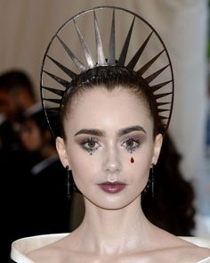 LILY COLLINS @ the Heavenly Bodies: Fashion & The Catholic Imagination Costume Institute Gala at The Metropolitan Museum of Art Lily Collins, Sandra Bullock, Pictures Of Lily, Vampire Girls, Dark Makeup, Costume Institute, Makeup Looks, Make Up, Makeup