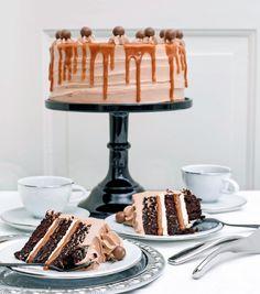 Milk chocolate and salted caramel cake 10-12 bitar Foto: Thomas Hjerten - hembakat Tårtbottnar 330 g vetemjöl (5 ½ dl) 450 g strösocker (5 dl) 120 g kakao (3 dl) 10 g bikarbonat (2 tsk) 10 g bakpulver (2 tsk) 12 g vaniljsocker (1 ½ msk) 10 g salt (1 ½ tsk) 165 g ägg (3,