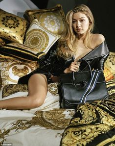Here are Gigi Hadid hot pics. These are sexy Gigi Hadid photos, GIFs, and wallpapers. She is one of the hottest models in the world. Hot pics of Gigi Gigi Et Bella Hadid, Style Gigi Hadid, Gigi 2, Sara Foster, Versace Home, Versace Versace, Gianni Versace, British Fashion Awards, Turbans