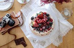 La chica de la casa de caramelo: Pavlova de chocolate y frutas del bosque